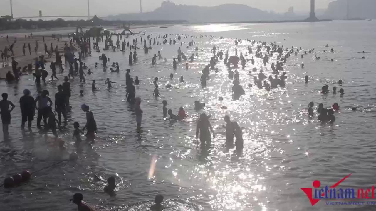 Hạ Long: Lao ra biển từ sáng sớm tránh nóng 40 độ - ảnh 2