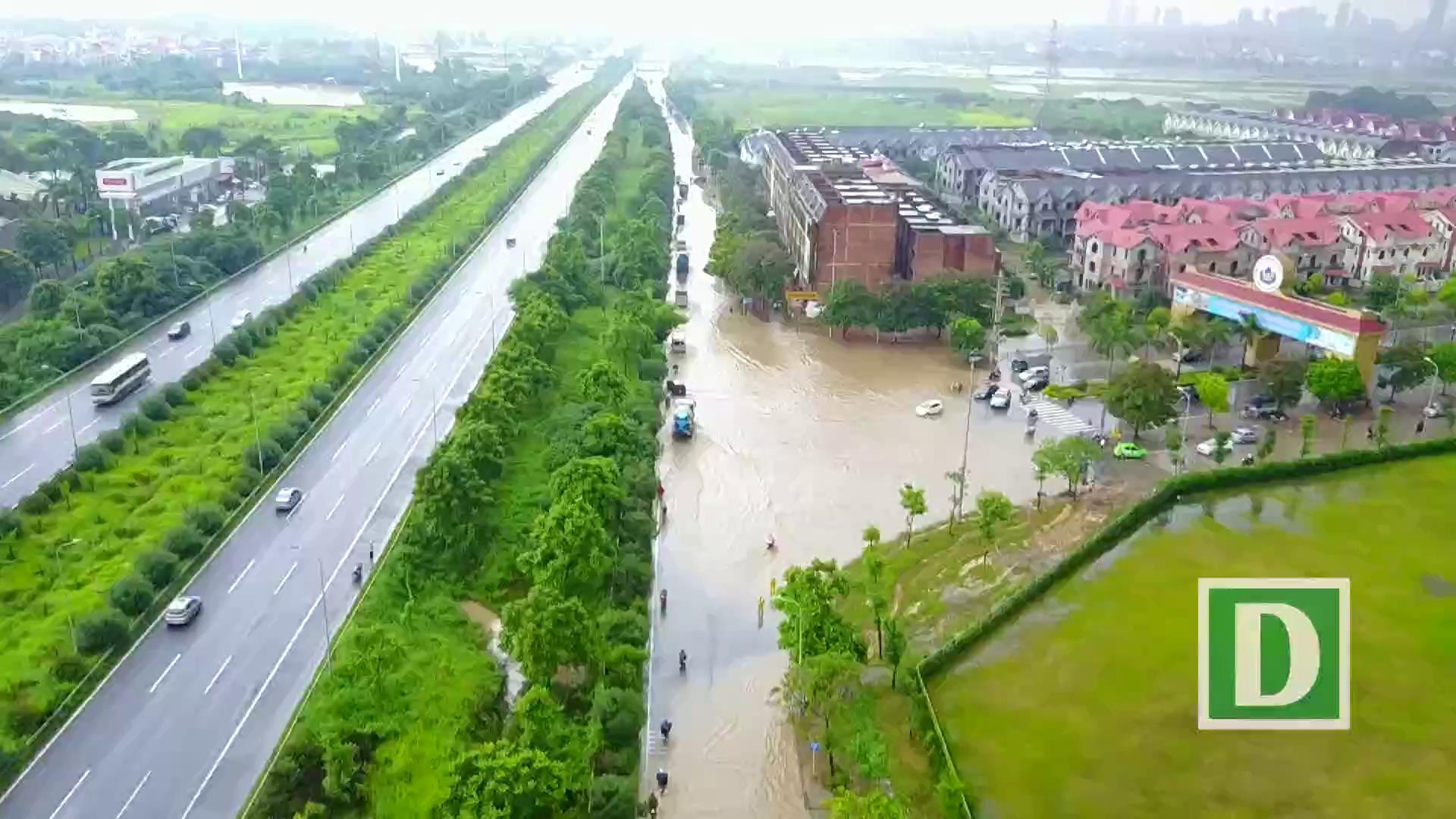 """""""Hốt"""" bạc triệu nhờ dịch vụ đưa người và xe vượt lụt ở Hà Nội"""