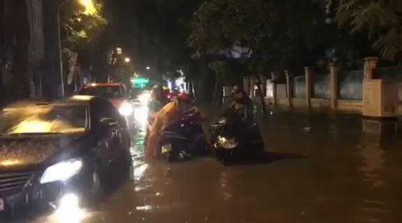Người dân Hà Nội vật lộn trong dòng nước đến tối muộn
