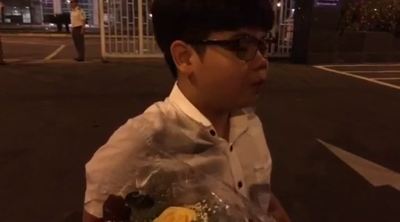 Chuyện chưa kể về cậu bé bất ngờ được Tổng thống Donald Trump tặng hoa
