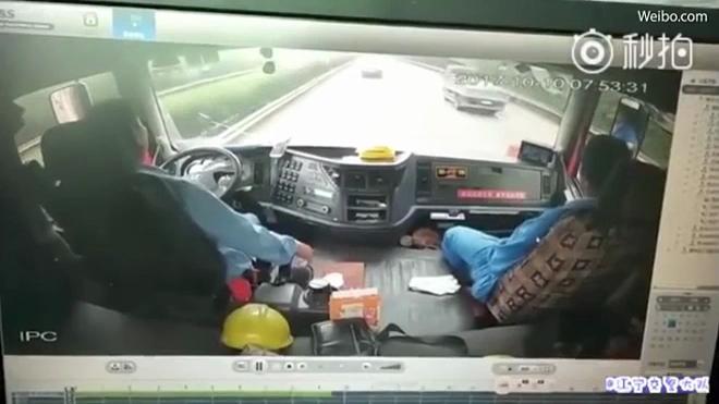 Không tưởng: Xe con chui qua gầm xe tải để vượt lên trên cao tốc - ảnh 1