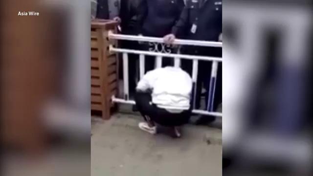 Cô gái trèo rào băng qua đường, bất ngờ kẹt đầu lại song chắn