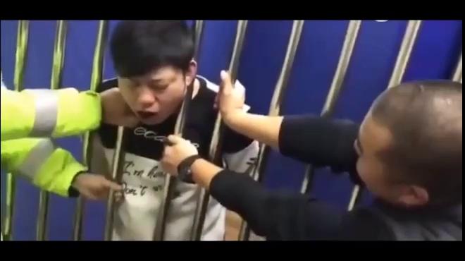Thanh niên say rượu bị bắt vào tù, gặp cái kết