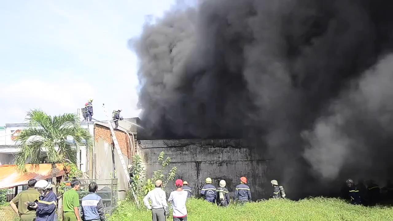 Cháy lớn tại công ty nhựa, di dời khẩn cấp hơn 10 hộ dân