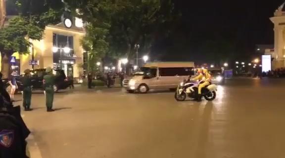 Hình ảnh đoàn xe của Tổng thống Mỹ chạy trên đường phố Hà Nội