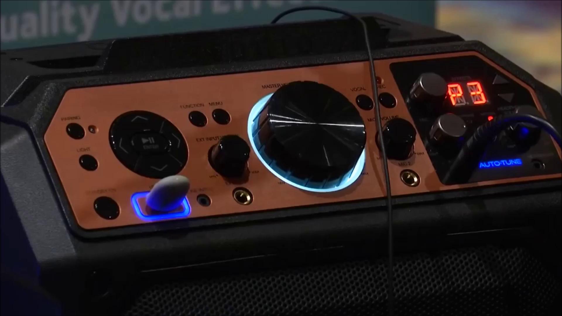 Dù có hát dở như bò rống thì chỉ cần hát qua cỗ máy karaoke này, giọng bạn sẽ hay y như diva vậy - ảnh 1