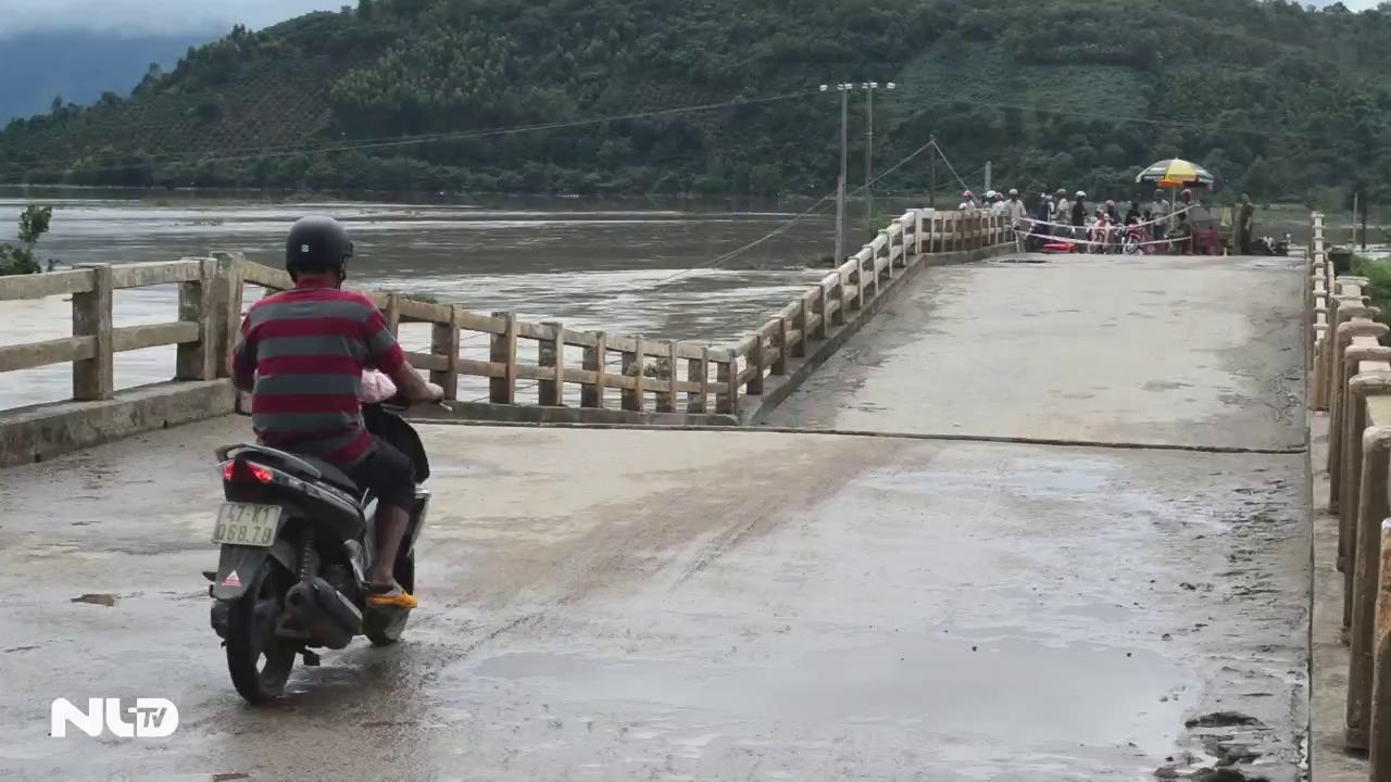 Người dân liều mình qua cầu gãy do lũ lớn ở Krông Bông
