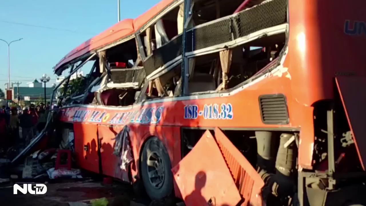 Gia Lai: Xe tải tông xe khách, ít nhất 10 người chết tại chỗ