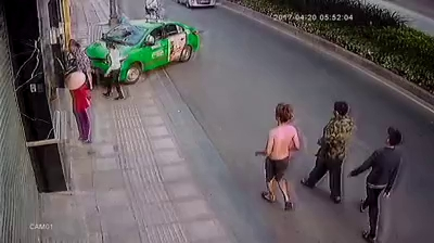 CLIP tài xế taxi tông thẳng tên cướp ở Sài Gòn