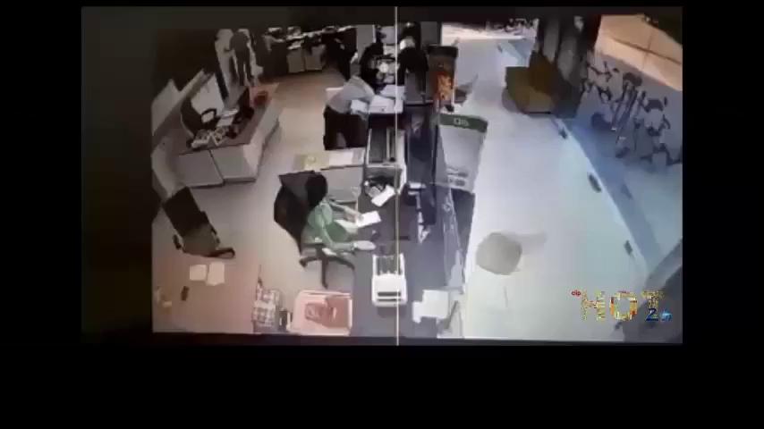 Thấy cướp ngân hàng ở Trà Vinh, bảo vệ bỏ chạy lên lầu!