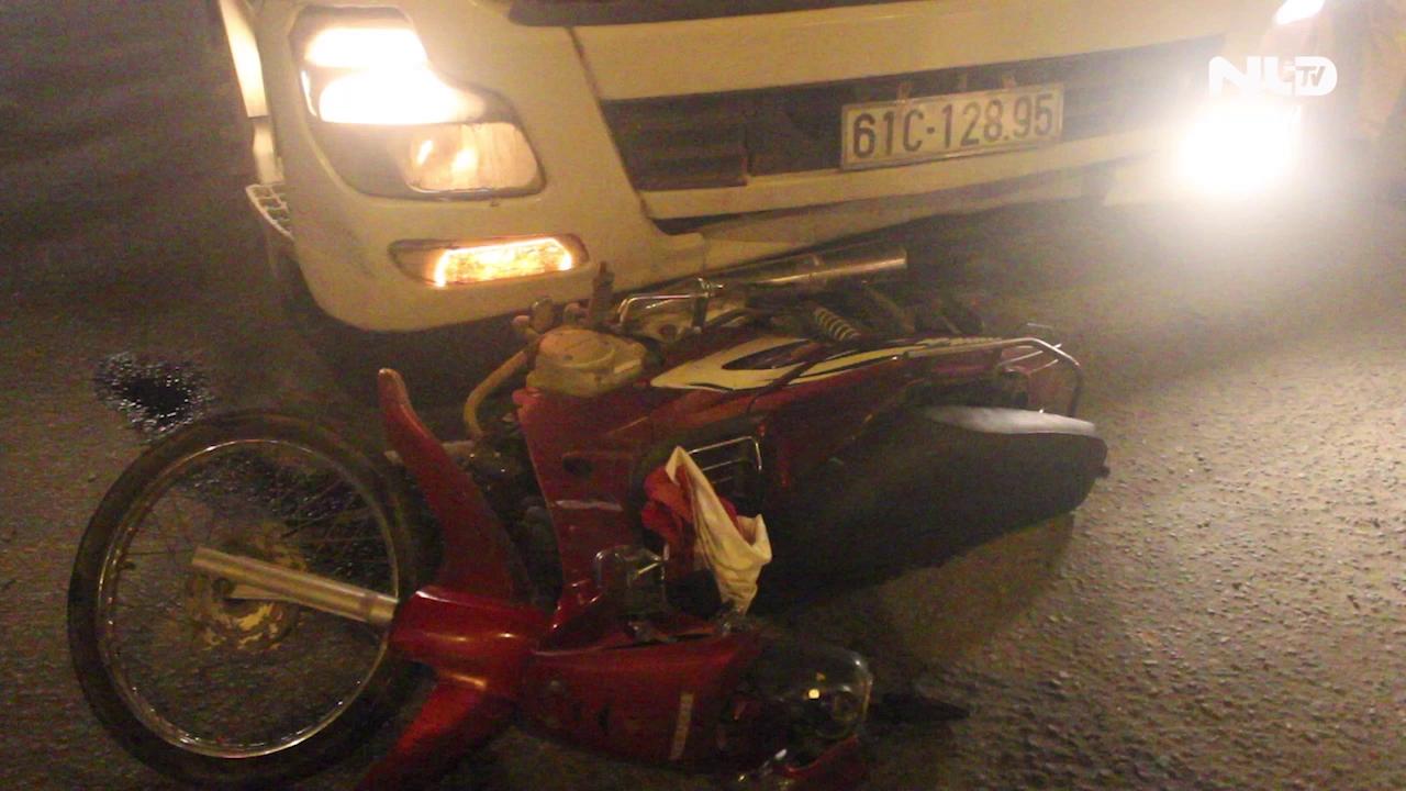 Xe container kéo lê xe máy trên đường, 2 người thương vong