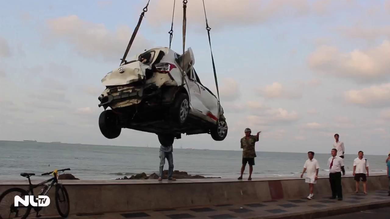 Taxi lao thẳng xuống biển, 2 người trọng thương