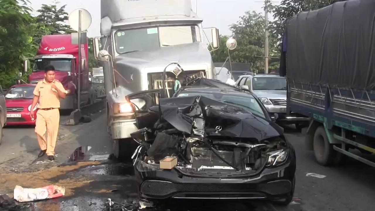 Ô tô bị container cán nát xe, dân đập cửa giải cứu tài xế