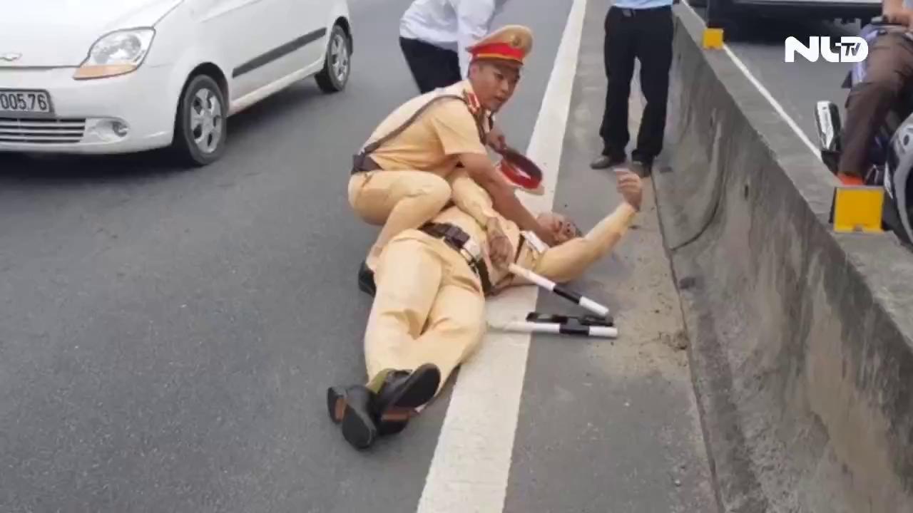 Bắt tài xế container hất văng cảnh sát xuống đường