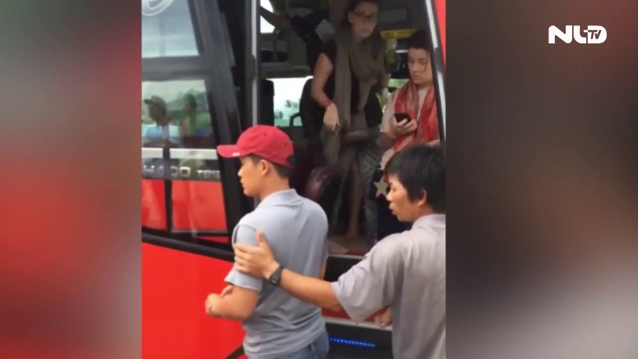 Clip phụ xe hung hăng đuổi hai cô gái Tây khỏi xe khách