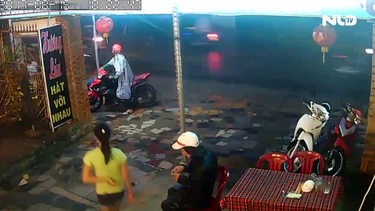 Dàn cảnh trộm xe máy chớp nhoáng tại TPHCM