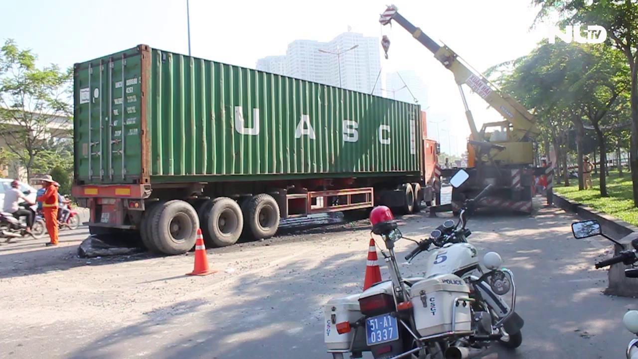 Xe container cày nát dải phân cách, xa lộ Hà Nội kẹt cứng
