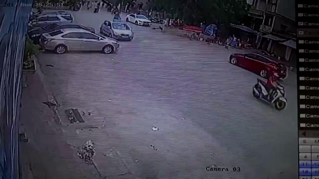 Quay đầu xe sau khi gây tai nạn, tài xế xe Focus đánh lái bỏ đi