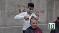 'Salon vỉa hè' cắt tóc miễn phí cho xe ôm, công nhân và người nghèo… ở Hà Nội