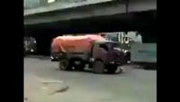 Lái xe tải liều mạng lùi xe tránh CSGT