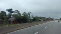 Sang đường bất cẩn, xe máy bị suýt bị xe khách là phẳng
