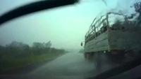 Đi sau xe lớn, cẩn thận gặp tai nạn vì nước tạt
