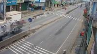 Sang đường bất cẩn, xe máy bị đâm lộn nhào giữa đường