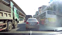 Hoảng hồn xe con bị kẹp giữa xe buýt và xe tải lớn