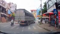 Không tuân thủ vạch kẻ đường, xe tải kẹp cứng xe máy vào gầm