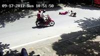 Kinh hoàng thanh niên phóng xe máy đâm gục hai phụ nữ sang đường