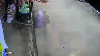 Lao từ nhà ra đường, em nhỏ bị xe máy quật ngã