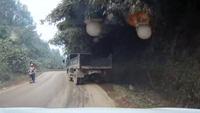 """""""Đồng nghiệp"""" lấn làn, đè xe tải lao xuống vệ đường"""