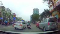 Xe máy hung hăng đâm ô tô vì không tạt đầu sang đường được
