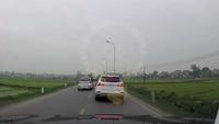 Bị xe máy đâm từ phía sau, taxi cứ thế bỏ đi có phải là giải pháp hợp lí nhất?