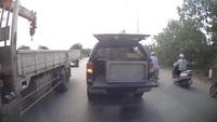"""Chở hàng bất cẩn, xe bán tải """"hạ gục"""" taxi bằng thùng đồ phía sau"""
