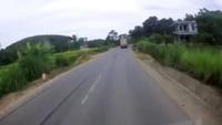 Kinh hoàng xe công-ten-nơ lao vào nhà dân vì tránh xe máy