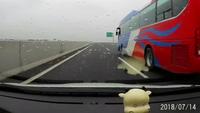 Hoảng hồn ôtô bung tôn cửa trên đường cao tốc
