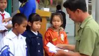 Trao 100 suất học bổng đến các em học sinh có hoàn cảnh khó khăn ở Lâm Đồng