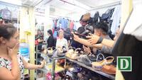 Phu nhân Thủ tướng Singapore Lý Hiển Long giản dị đi chợ giữa Sài Gòn