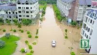 Nhiều khu đô thị chìm trong biển nước sau cơn mưa lớn ở Hà Nội