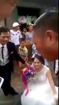 """Chú rể Nam Định lội nước, rước dâu bằng xuồng gây """"sốt"""" cộng đồng"""