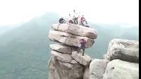 """Cận cảnh """"mỏm đá sống ảo"""" ở Quảng Ninh khiến người xem thót tim"""