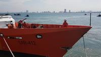 Tàu cứu hộ đưa hai ngư dân Quảng Nam vào bờ an toàn