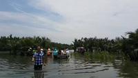Du khách tham quan rừng dừa nước