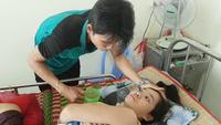 Anh Hiển chăm sóc vợ tại bệnh viện