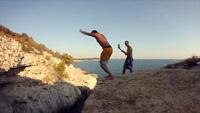 Những pha nhào lộn, nhảy múa có độ khó cao thu hút 20 triệu lượt xem trên YouTube.