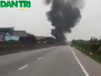 Xe khách và xe container cháy rụi sau cú va chạm