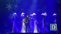 Nghệ sĩ violin Hoàng Rob mở màn với ca khúc Hừng đông giữa 10 vũ công mặc áo dài trắng, tay cầm nón lá tựa những đóa sen.
