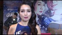 Kyo York bất ngờ định hôn trộm Mai Thu Huyền khi cô đang trả lời phỏng vấn