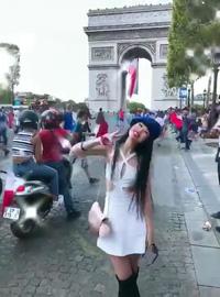 Jessica Minh Anh xuống đường cùng các cổ động viên Pháp ăn mừng chiến thắng